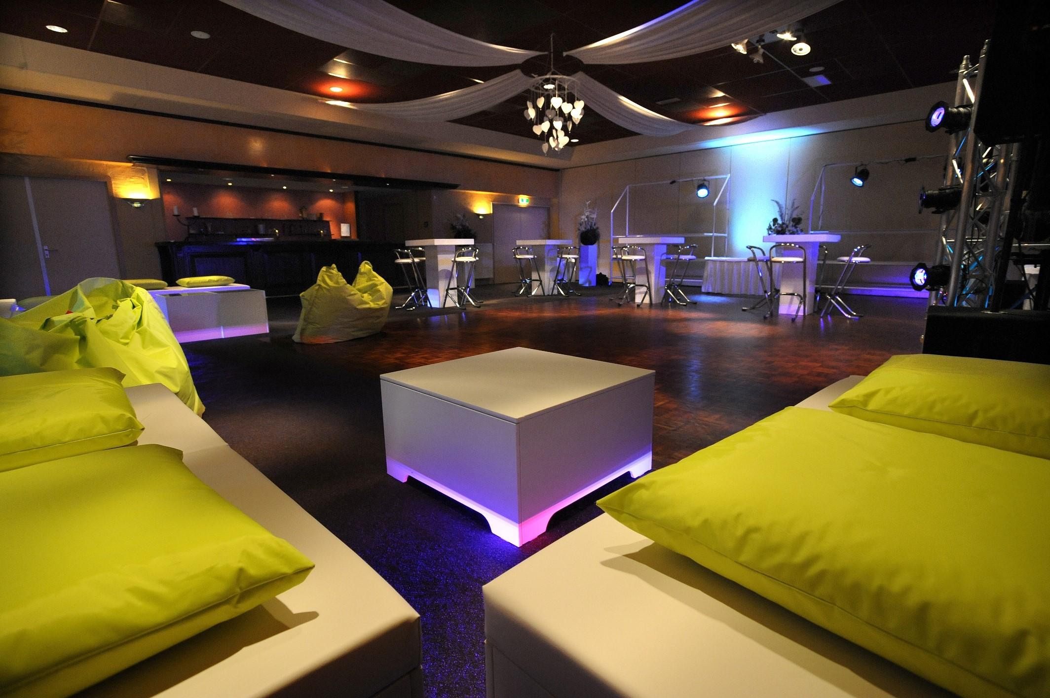white lounge opstelling feestavond 3